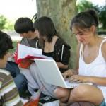 Adolescents assis dans l'herbe