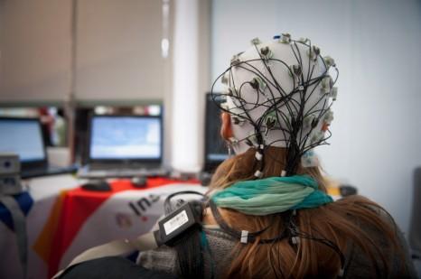 Des nouvelles techniques au service de la santé, OpenVibe. Une interface cerveau-ordinateur ou ICO (en anglais Brain-Computer Interface ou BCI) permet à son utilisateur d'envoyer des commandes à un ordinateur ou à une machine uniquement par la pensée.