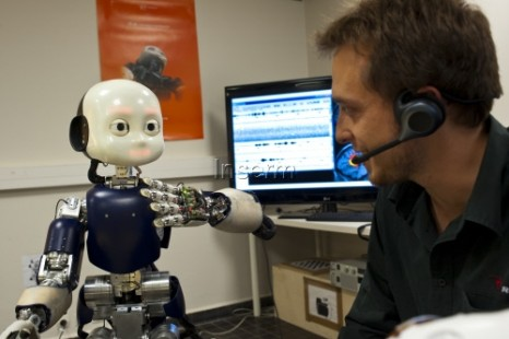 robot ICub en apprentissage